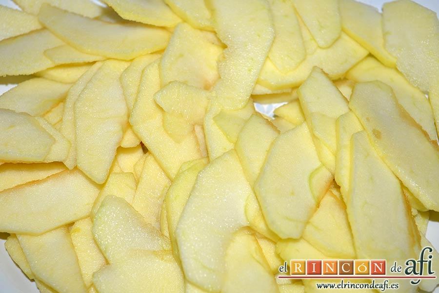 Tarta de crema franchipán con manzanas y almendras, pelar, descorazonar y filetear las manzanas