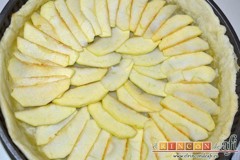 Tarta de crema franchipán con manzanas y almendras, disponer las manzanas sobre la masa horneada
