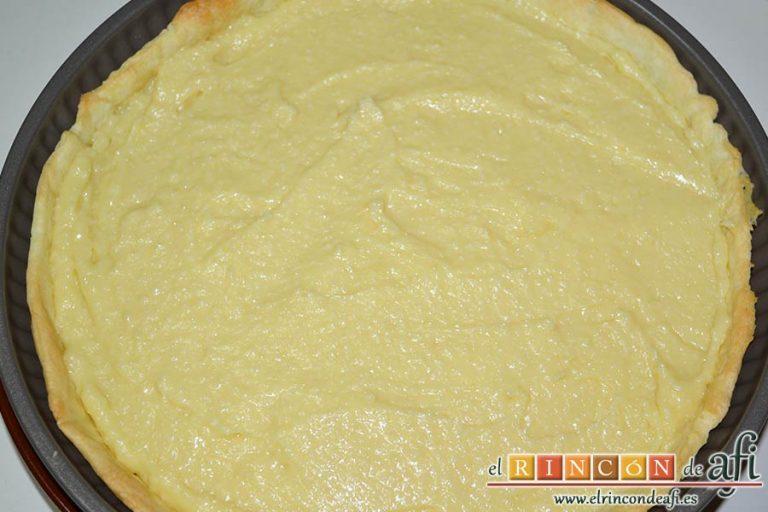 Tarta de crema franchipán con manzanas y almendras, volcar la crema franchipán por encima