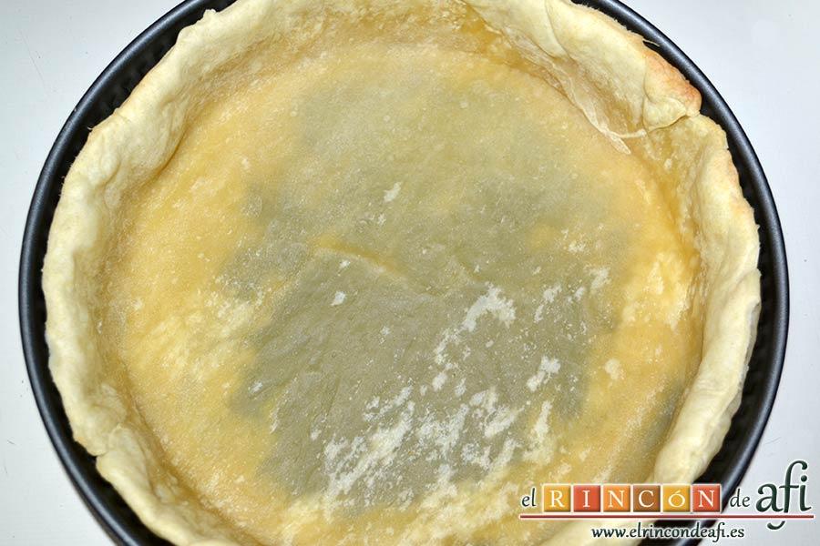Tarta de salmón marinado y espárragos trigueros, meter en el horno y una vez hecha la masa, retirar los garbanzos