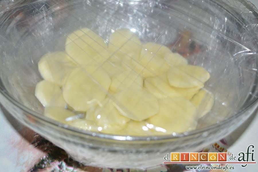 Tarta de salmón marinado y espárragos trigueros, pelar las papas y cortar en láminas finas para hacerlas en el microondas