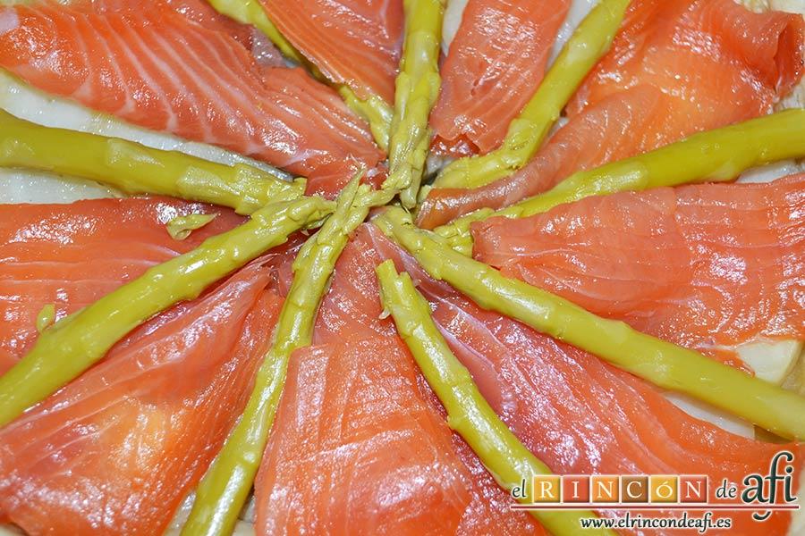 Tarta de salmón marinado y espárragos trigueros, poner encima 8-10 lonchas de jamón y decorar con los espárragos