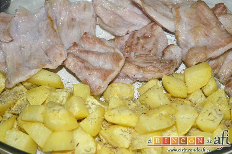 Secreto ibérico con salsa de vino y frutos rojos, espolvorear las papas con romero