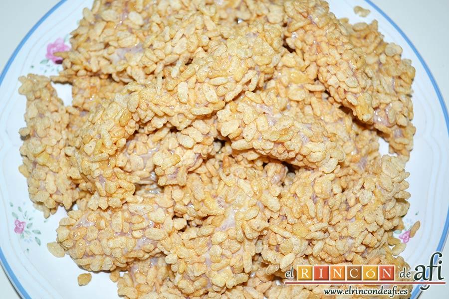 Fingers de pollo rebozados con cereales, reservar las pechugas bien empanadas de cereales
