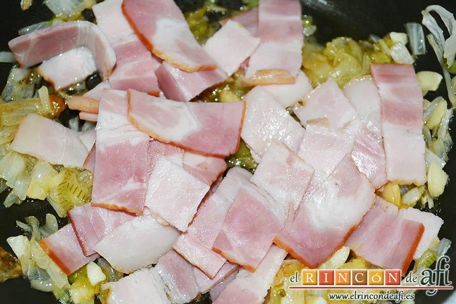 Frittata de pimientos, bacon y queso, añadir las tiras de bacon