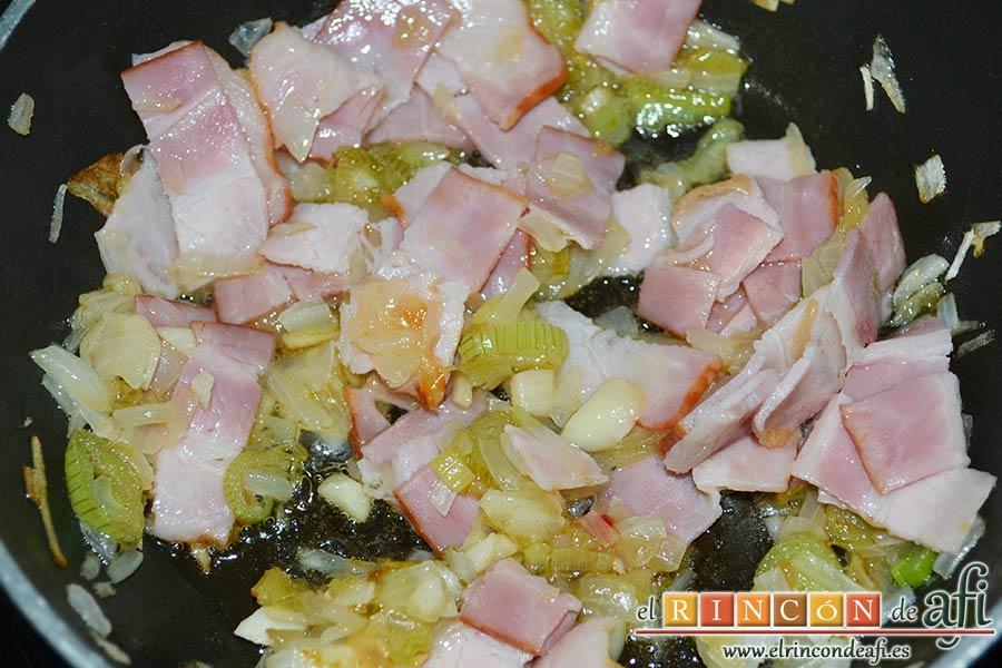 Frittata de pimientos, bacon y queso, dejar que sofría