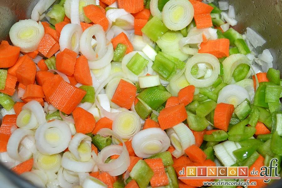 Magro de cerdo estofado, cuando la cebolla esté translúcida añadir el resto de las verduras