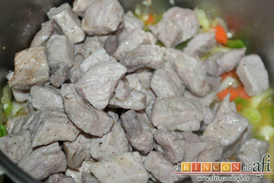 Magro de cerdo estofado, añadir la carne con su jugo