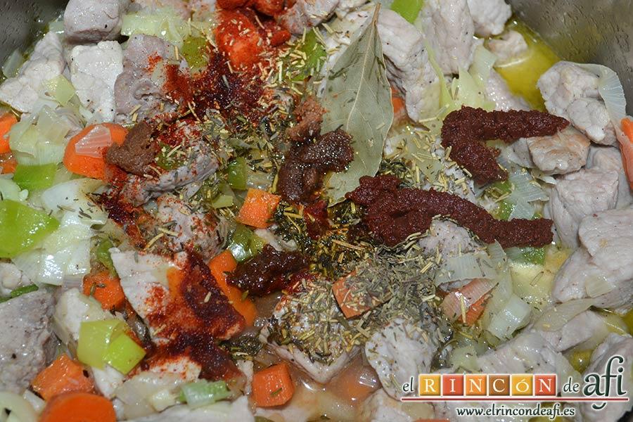 Magro de cerdo estofado, añadir la hoja de laurel, la pastilla de caldo de carne troceada, las cucharaditas de tomillo, romero y pimentón dulce y las 2 cucharadas de concentrado de tomate