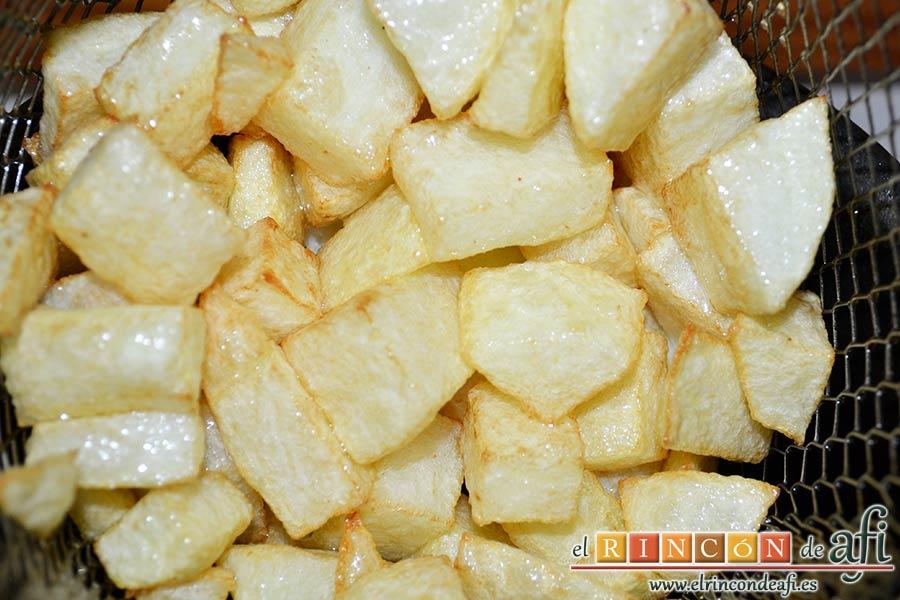 Magro de cerdo estofado, mientras se hace la carne, freír papas en cuadraditos