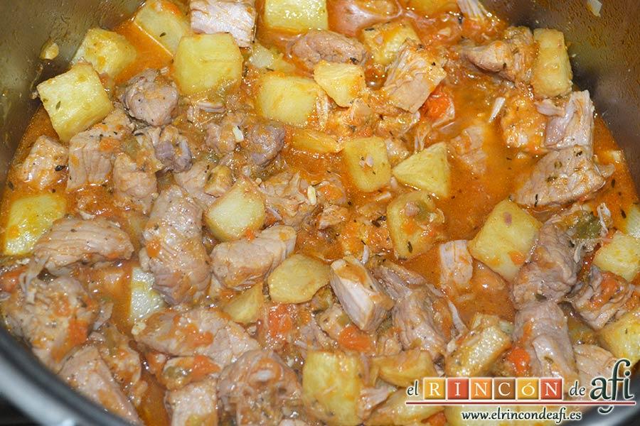 Magro de cerdo estofado, añadir las papas y mezclar