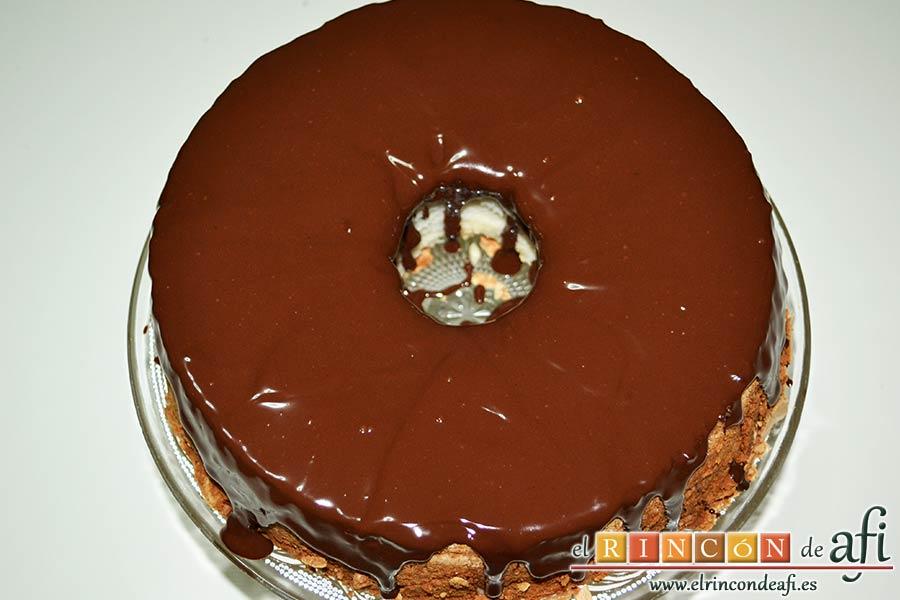 Pastel de ángel, cubrir bien y dejar que se enfríe el chocolate