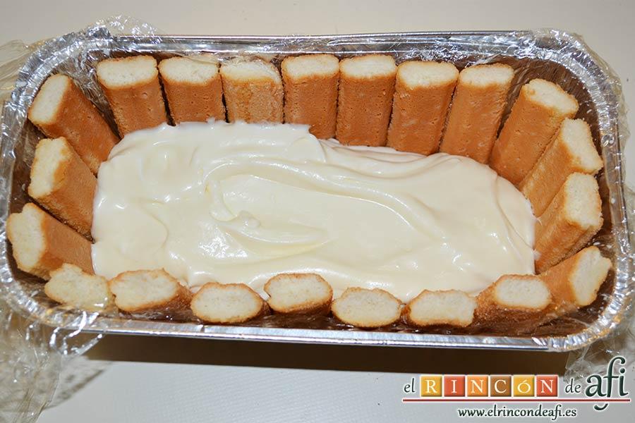 Pastel de soletillas, mascarpone y Nutella, poner los bizcochos humedecidos tanto en la base como en los bordes y verter la mitad de la mezcla