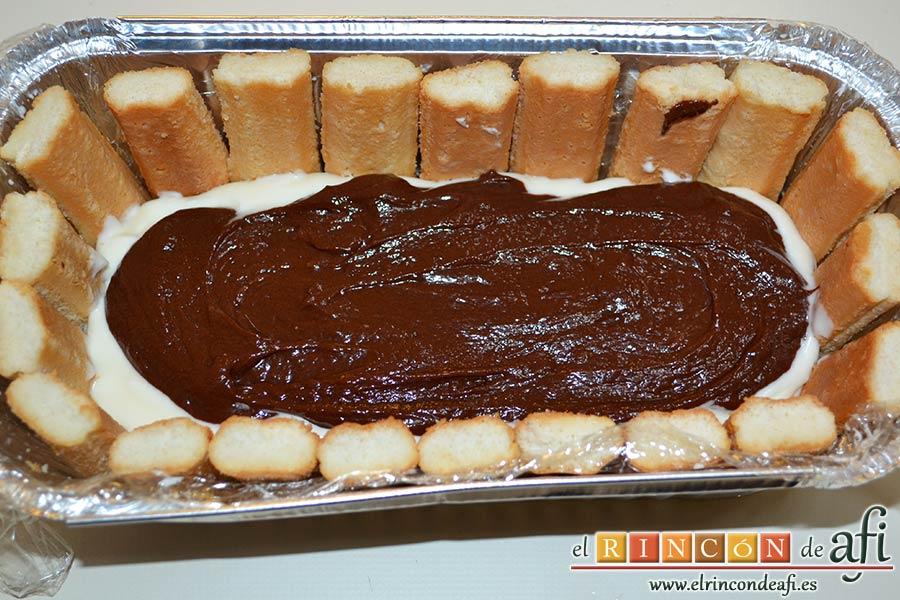 Pastel de soletillas, mascarpone y Nutella, alisar la superficie y verter la mezcla de Nutella