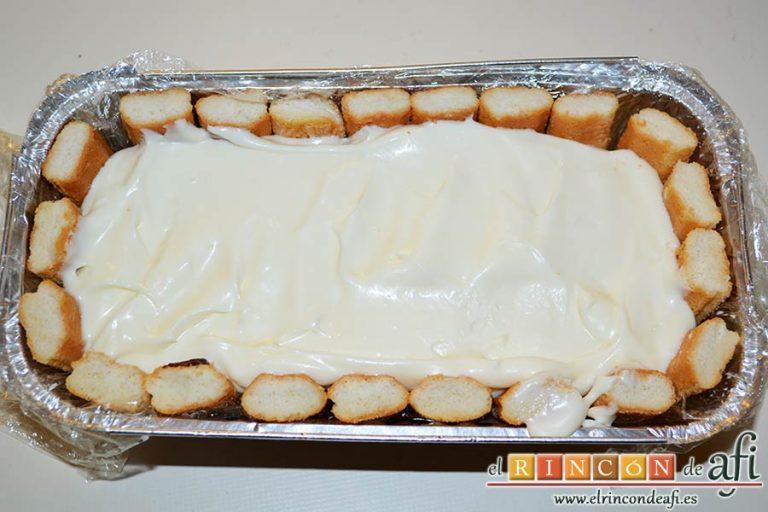 Pastel de soletillas, mascarpone y Nutella, alisar y verter por encima el resto de la crema de mascarpone