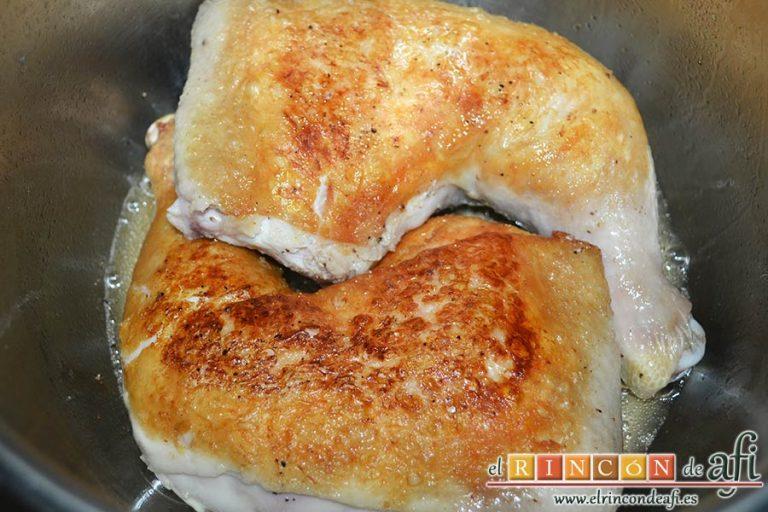 Pollo a la catalana, dorar y retirar cuando estén dorados por ambos lados