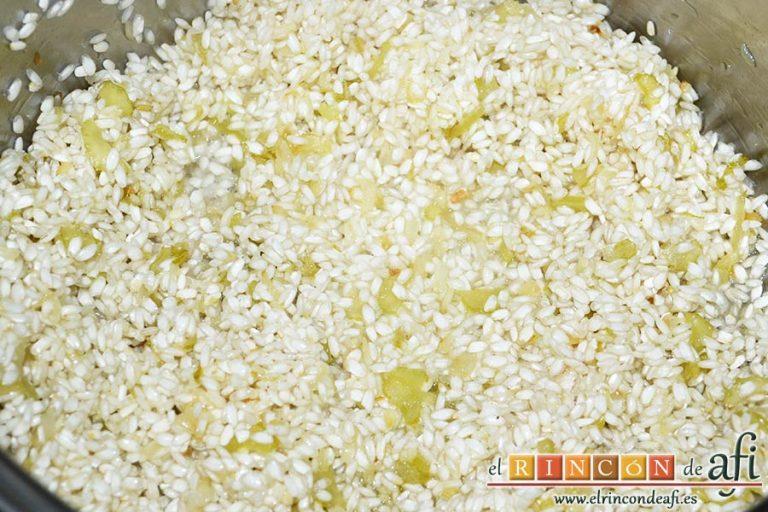 Risotto con jamón serrano, cuando la cebolla tome color añadimos el arroz