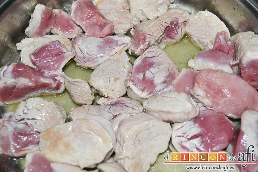 Solomillo de cerdo en salsa de paprika, dorar en un caldero con aceite de oliva