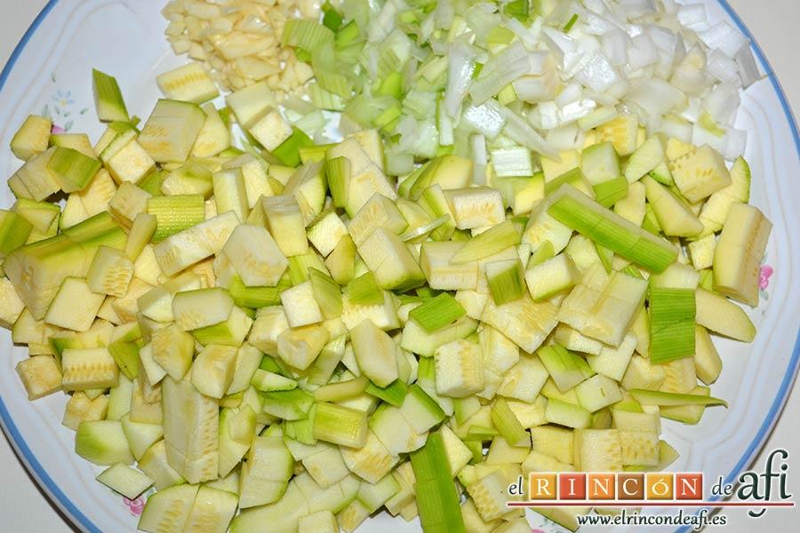 Sopa de verduras, picar en cuadraditos los ajos, los calabacines pelados y las cebolletas