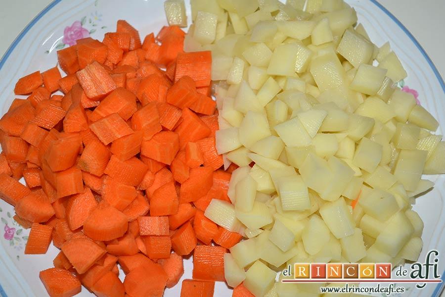 Sopa de verduras, pelar y picar las papas en cuadraditos y las zanahorias en medias lunas