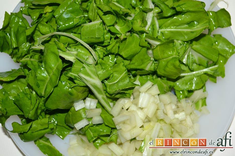 Sopa de verduras, trocear las hojas de acelga y tras quitarle los hilitos a las pencas las troceamos