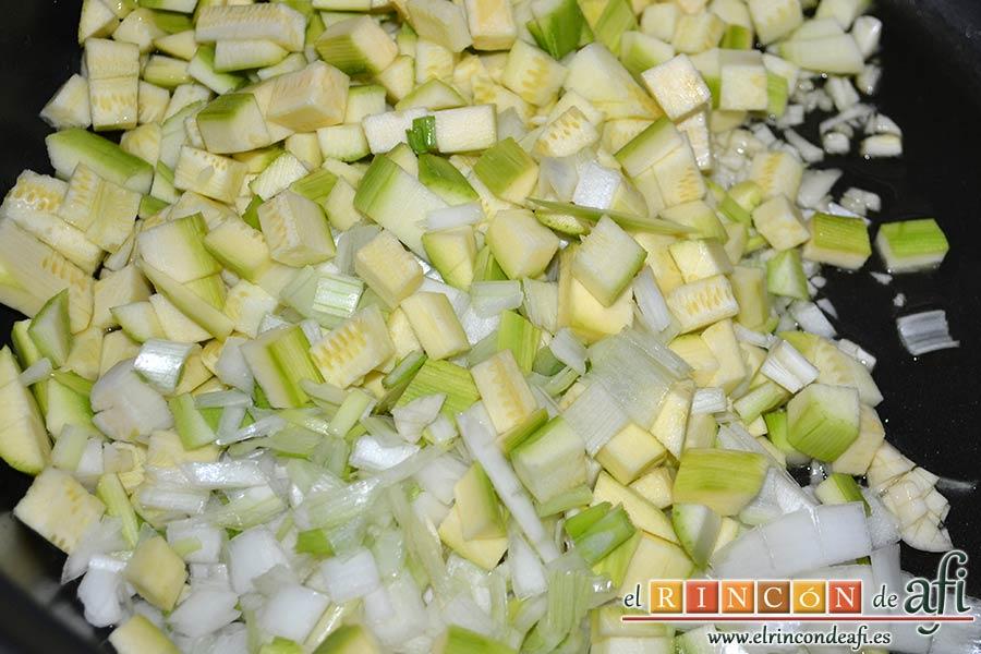 Sopa de verduras, añadir los calabacines y cebolletas