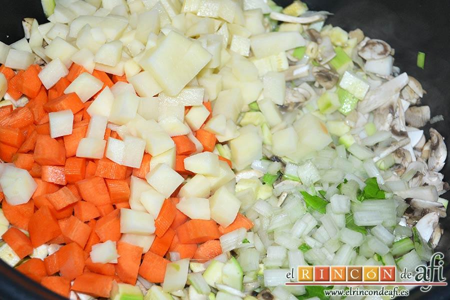 Sopa de verduras, añadir las papas, las zanahorias y las pencas de las acelgas