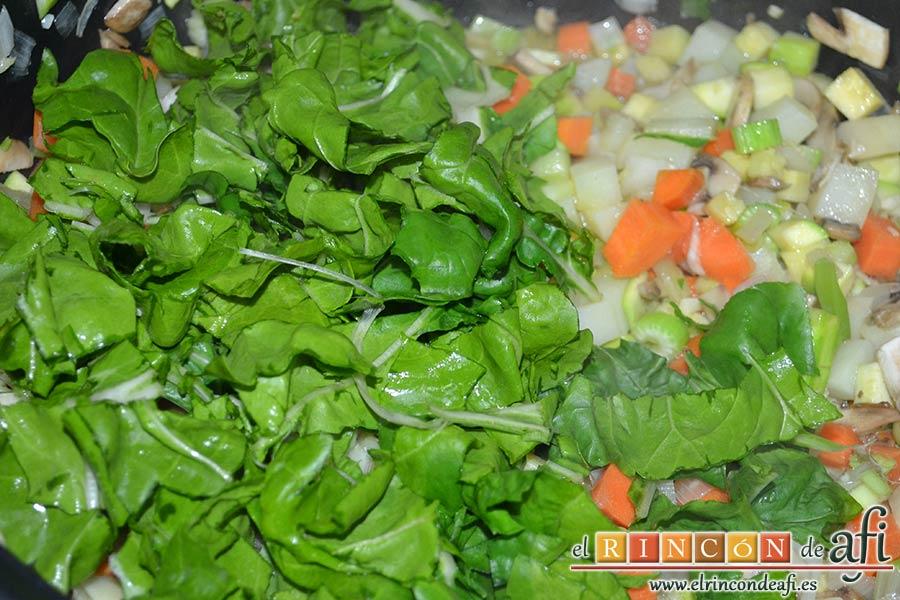 Sopa de verduras, añadir las hojas de acelga y remover
