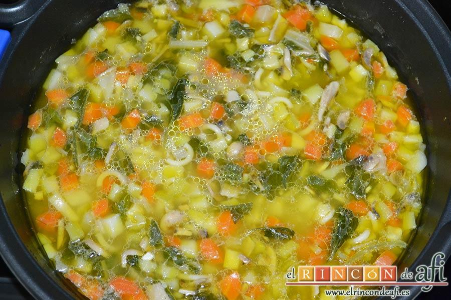 Sopa de verduras, dejar cocinar hasta comprobar que está hecha