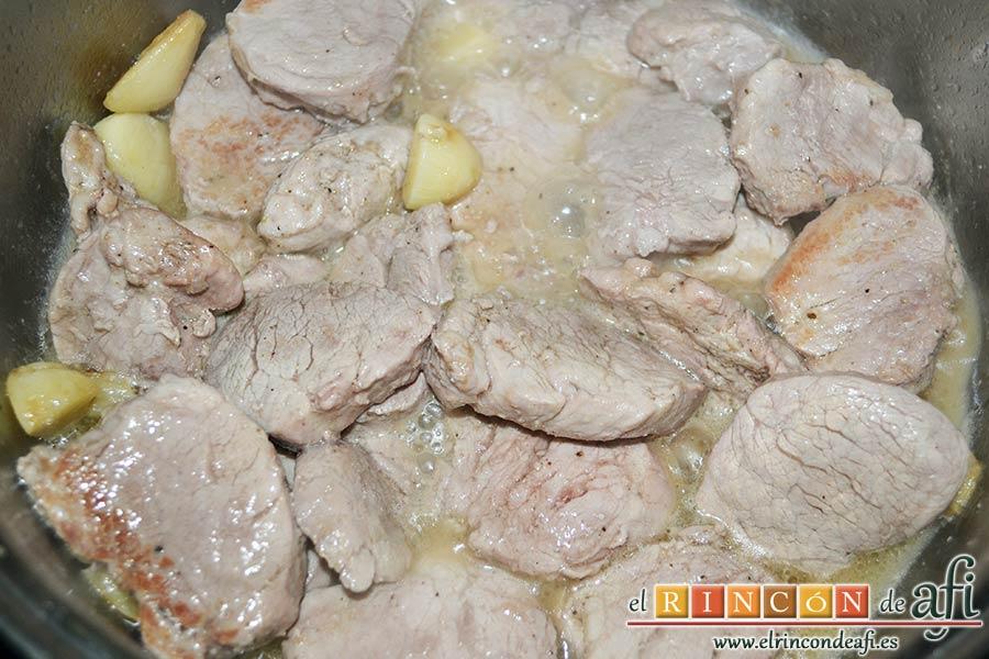 Medallones de solomillo de cerdo al whisky, una vez ha espesado la salsa, volver a añadir los medallones