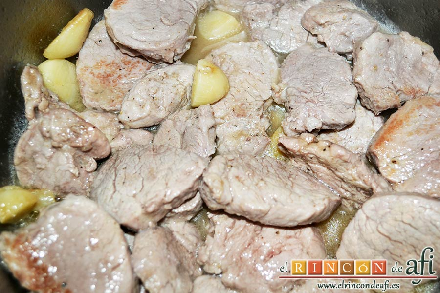 Medallones de solomillo de cerdo al whisky, rehogar la carne