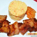 Panceta de cerdo cocida y tostada con puré de papas