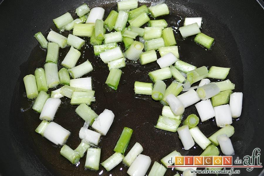 Bacalao a la calesera, picarlos y ponerlos en una sartén con aceite de oliva