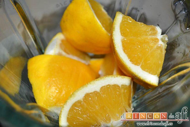 Buñuelos de naranja, lavar muy bien la naranja, secarla, trocearla y ponerla con piel en un vaso americano