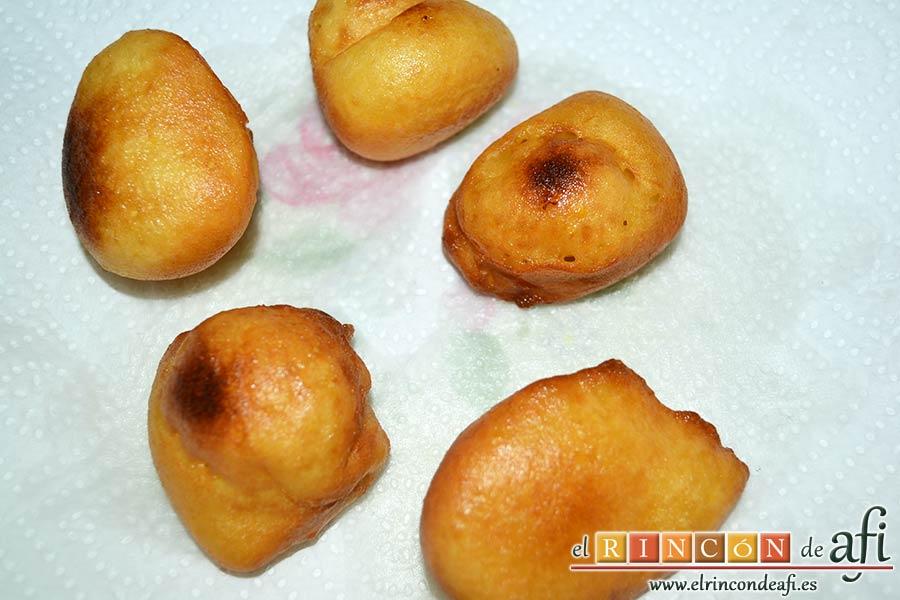 Buñuelos de naranja, escurrir de aceite sobre papel absorbente