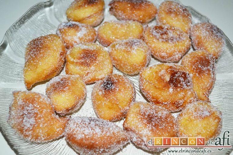 Buñuelos de naranja, espolvorear con azúcar blanquilla