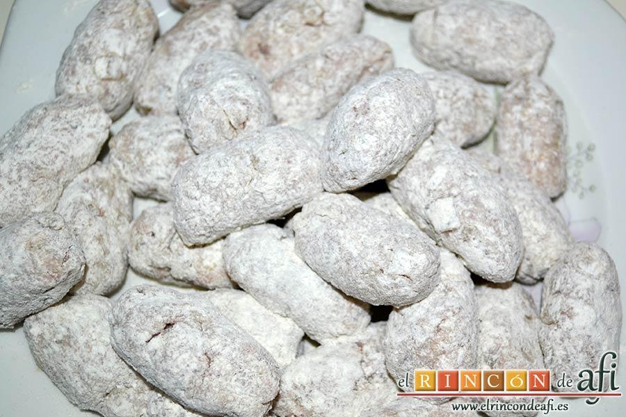 Croquetas de pulpo, pasarlas por harina