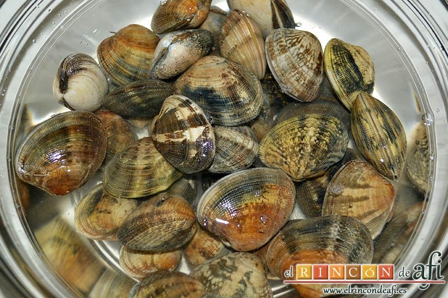 Filetes de merluza en salsa verde con almejas, poner las almejas en agua con sal para que suelten la arena