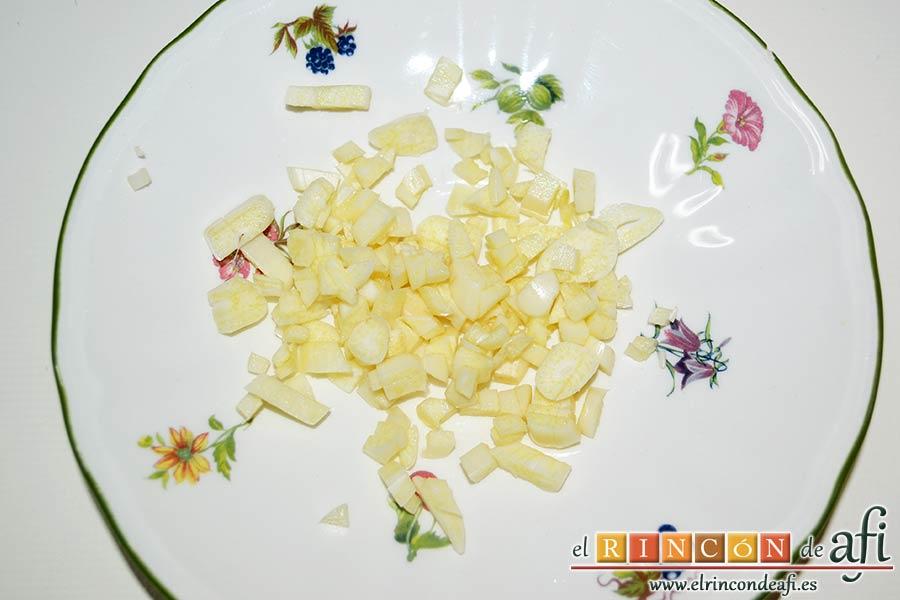 Filetes de merluza en salsa verde con almejas, picar los ajos pelados