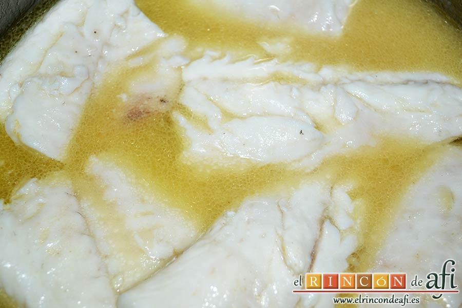 Filetes de merluza en salsa verde con almejas, dar la vuelta al pescado
