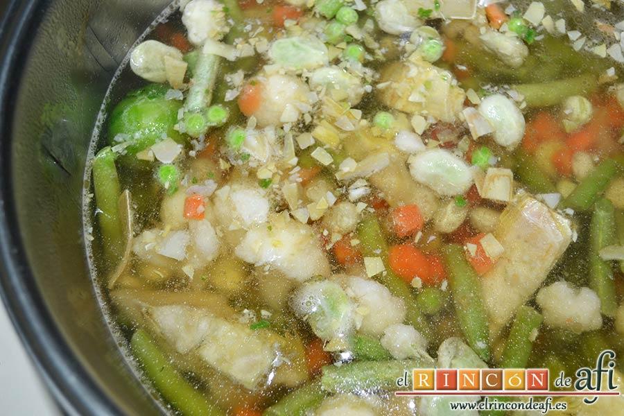 Guiso de carne con verduras, hervir mientras la menestra de verduras siguiendo instrucciones del fabricante
