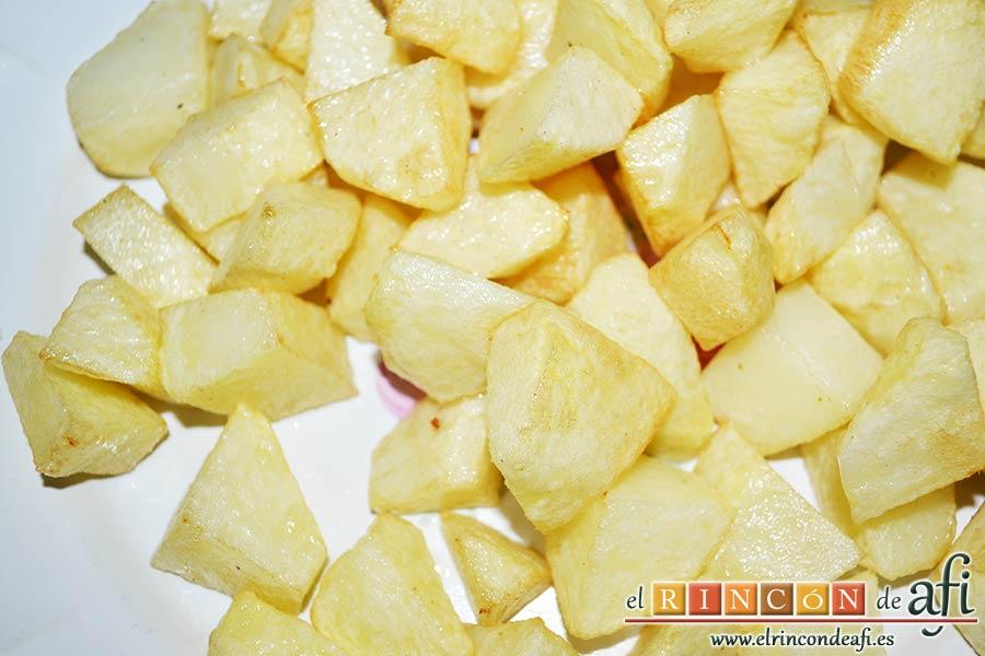 Guiso de carne con verduras, freír unas papas en cuadraditos