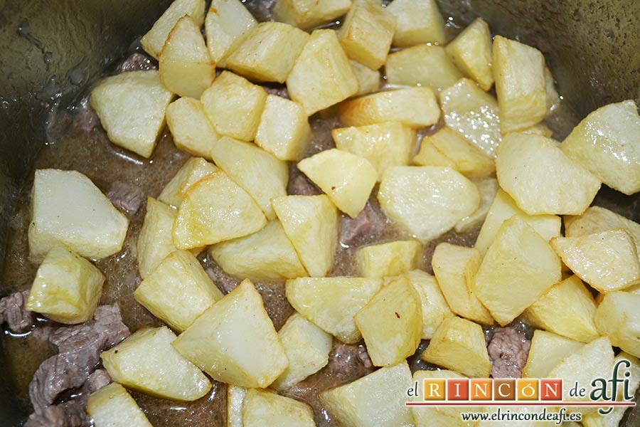 Guiso de carne con verduras, cuando la carne esté guisada, añadimos las papas