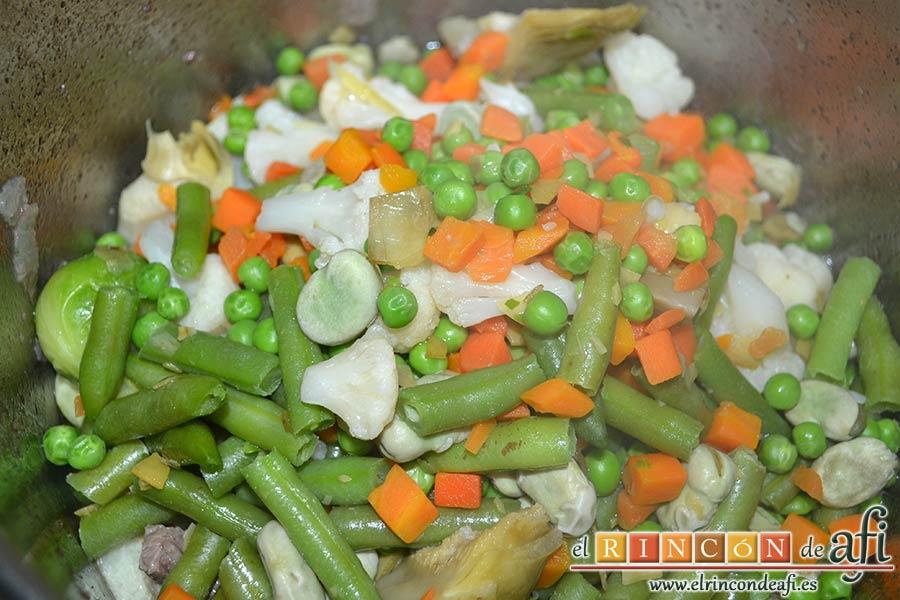 Guiso de carne con verduras, escurrir las verduras y añadirlas a la olla
