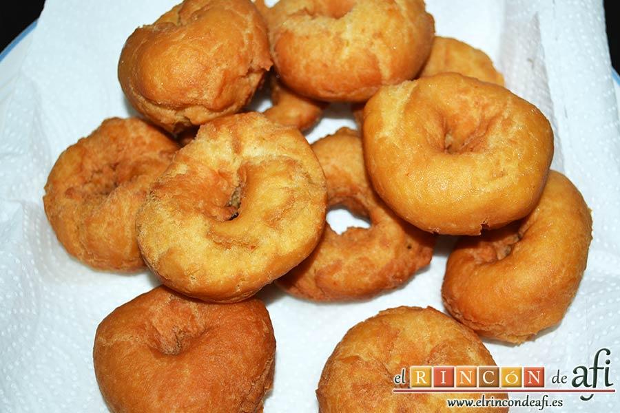 Rosquillas tradicionales, ponerlas en papel absorbente para quitar el exceso de aceite