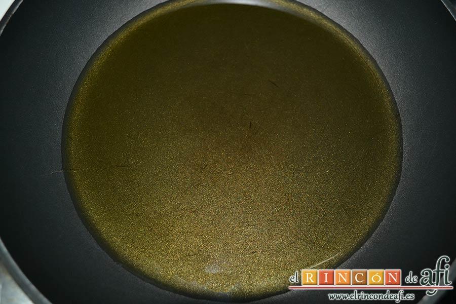 Sopa de hierbabuena, calentar en una sartén un buen chorro de aceite de oliva