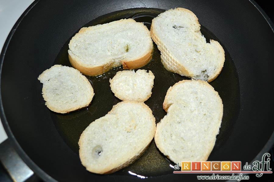 Sopa de hierbabuena, poner las rodajas de pan