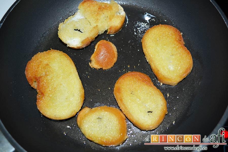 Sopa de hierbabuena, dorar el pan por ambas caras