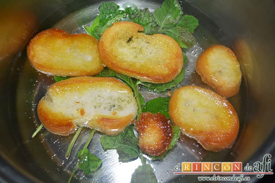 Sopa de hierbabuena, añadir una pizca de sal y el pan frito