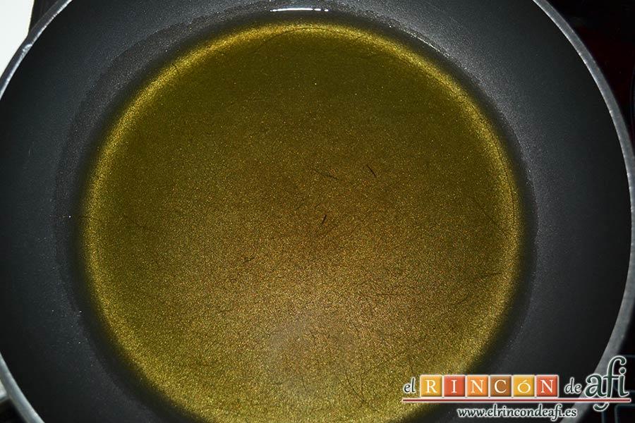 Sopa de pan con majada de almendras, calentar un buen chorro de aceite de oliva en una sartén